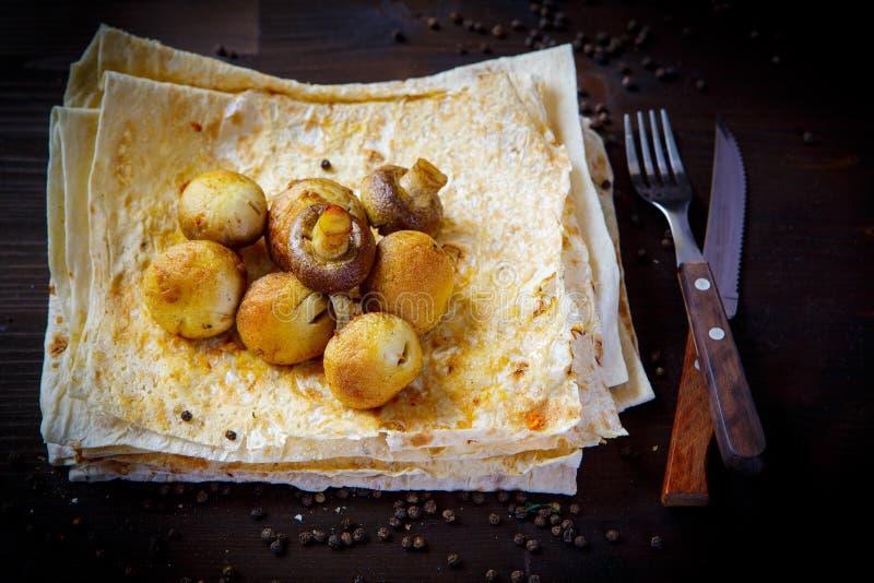 Setas y pan Pita Platos, kebab y pita de la parrilla para el menú del restaurante Fondo de madera imágenes de archivo libres de regalías