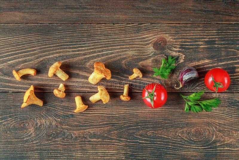 Setas y tomates con las especias para cocinar fotos de archivo libres de regalías