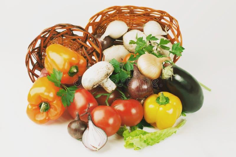 setas y una variedad de verduras frescas en una cesta de mimbre I fotografía de archivo libre de regalías