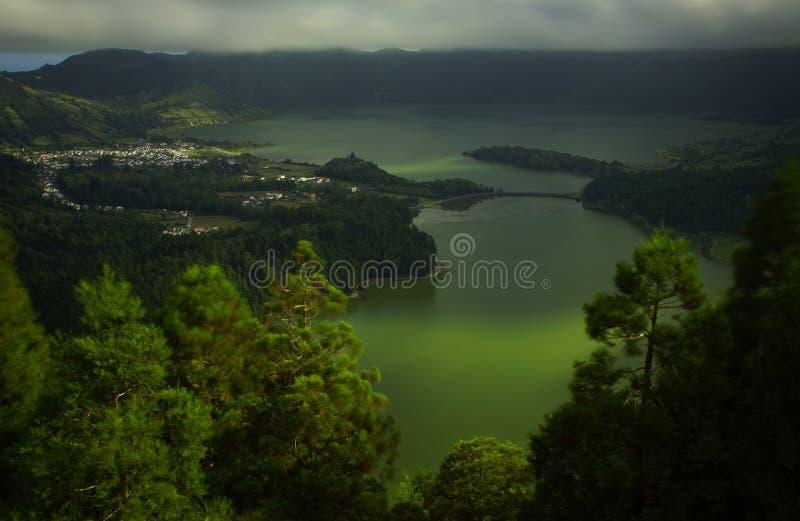 Sete Cidades gräsplan- och blåttsjö på det SaoMiguel landskapet fotografering för bildbyråer