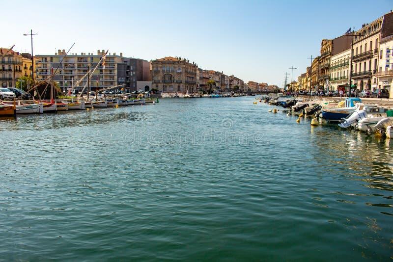 Sete, Frankreich am 20. Mai 2018 Renaissancegebäude nahe bei dem Wasser der Kanäle der Stadt bevölkert durch kleine Boote stockfotos