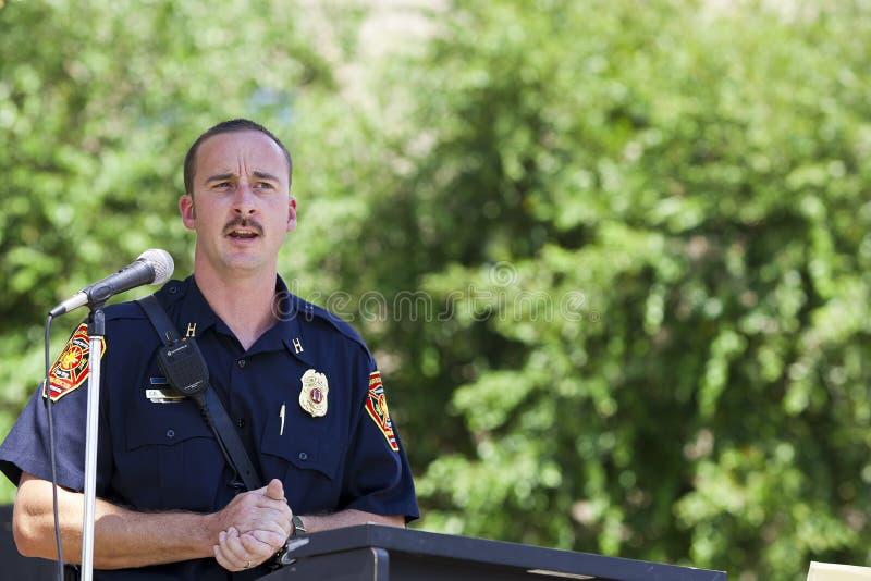 SETEMBRO 11 2011 - o chefe dos bombeiros fala fotografia de stock