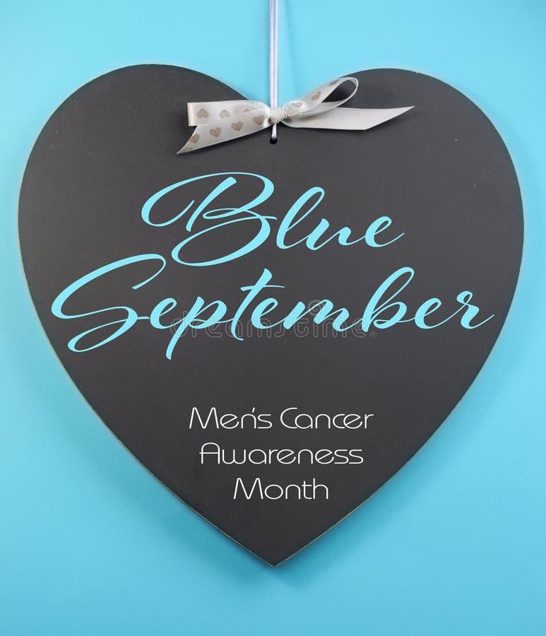 setembro azul para o cumprimento da mensagem do mês da conscientização da saúde dos homens no quadro-negro da forma do coração imagem de stock