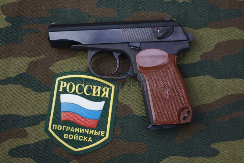 setembro 21, 2017 Crachá uniforme das guardas fronteiriças do russo com revólver Makarov no uniforme da camuflagem fotos de stock royalty free