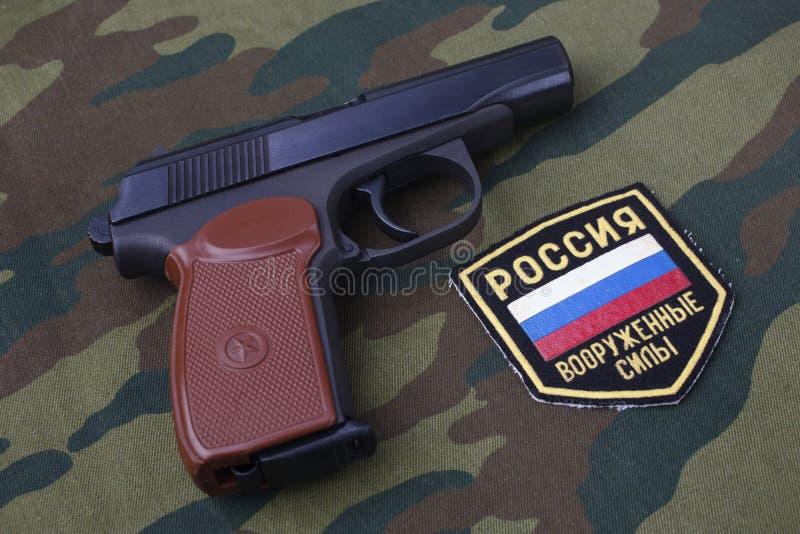 setembro 21, 2017 Crachá uniforme do exército do russo com revólver Makarov no uniforme da camuflagem fotografia de stock