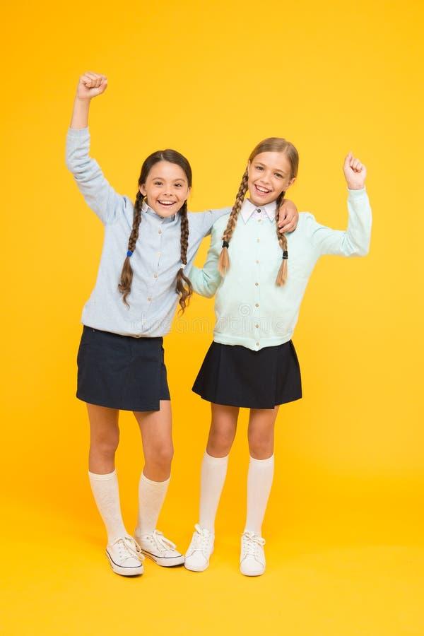 setembro outra vez Felicidade da inf?ncia Momentos alegres do divertimento do dia escolar Estudantes bonitos das crianças Melhore imagens de stock royalty free