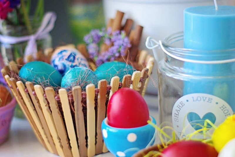 Seth Wielkanocni jajka w drewnianym candlestick z świeczką i koszu obrazy stock