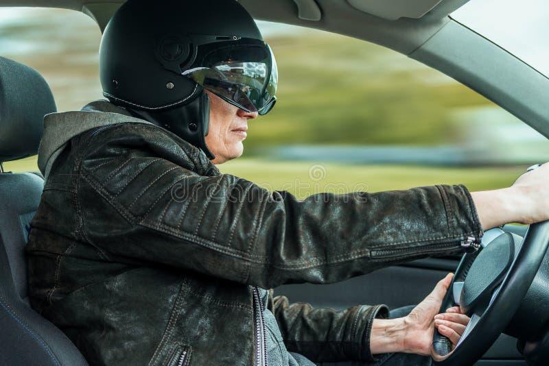 Setkarz z hełmem jedzie szybkiego samochód fotografia royalty free