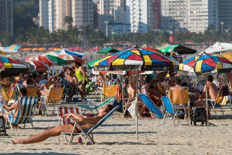 Setki brazylijczycy Cieszą się letniego dzień Przy Sao Vincente plażą zdjęcie royalty free