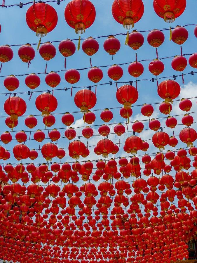 Setki Chińscy Świątynni Czerwoni lampiony przeciw niebieskiemu niebu zdjęcia stock