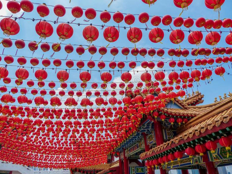 Setki Chińscy Czerwoni lampiony dekoruje chińską świątynię w Kuala Lumpur obrazy stock