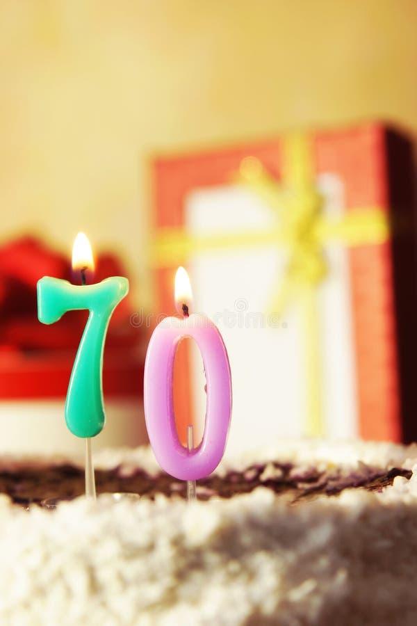 Settanta anni Torta di compleanno con le candele burning fotografia stock