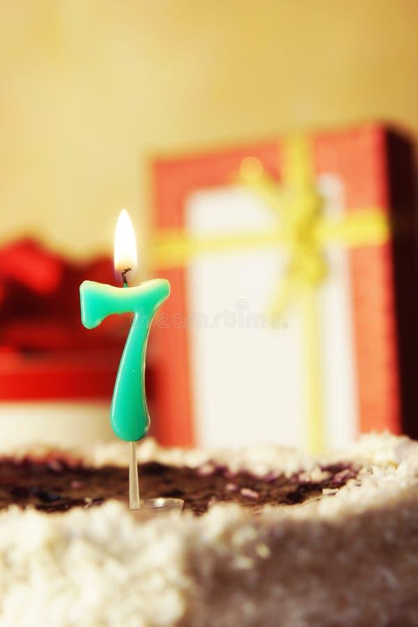 Sette anni Torta di compleanno con la candela burning fotografia stock libera da diritti