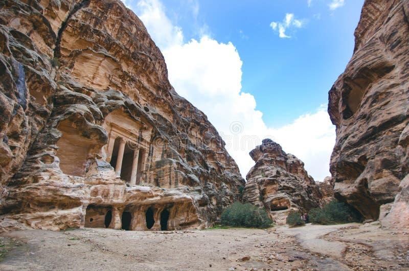 Sette meraviglie di nuovo mondo PETRA - Il Giordano Costruzioni nella roccia Bella vista sull'vecchie costruzioni Unesco immagini stock