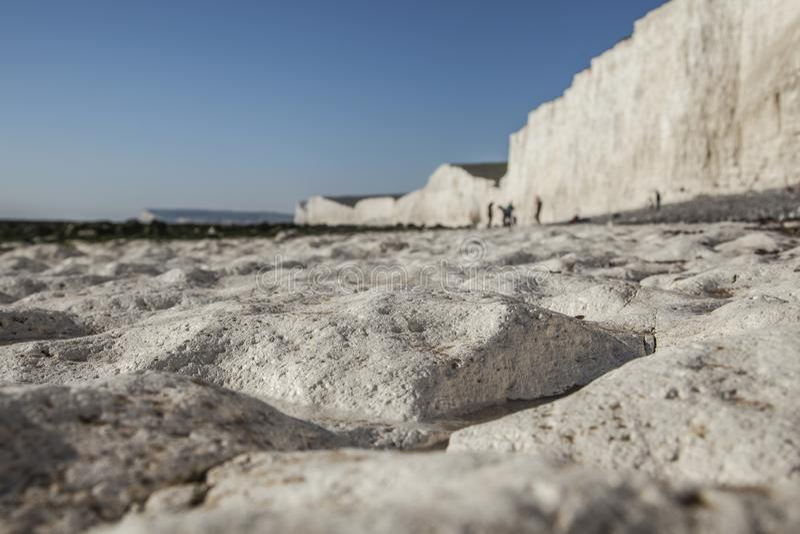 Sette sorelle e scogliere cape sassose, Inghilterra, East Sussex - spiaggia del gesso fotografie stock