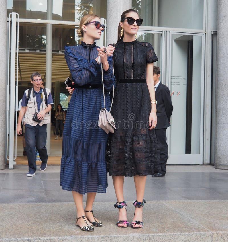 22 SETTEMBRE 2016: Due ragazze alla moda dopo la sfilata di moda di EMILIO PUCCI, Milan Fashion Week Spring /Summer 2017 fotografie stock