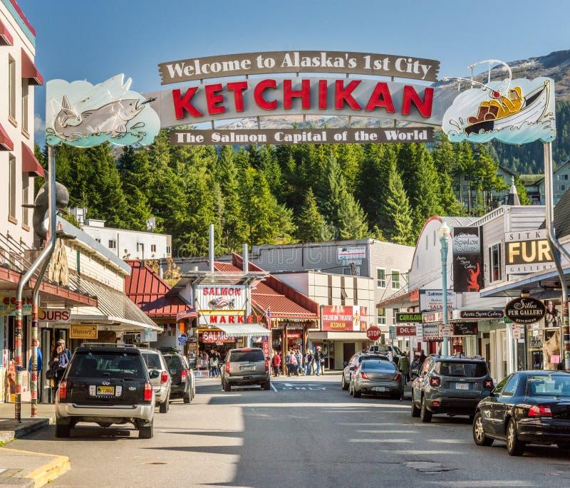 17 settembre 2018 - Ketchikan, AK: Segno positivo della città vicino ai bacini della nave da crociera sulla via di missione fotografia stock