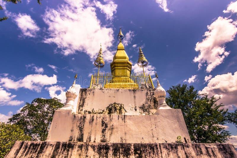 20 settembre 2014: Stupa alla cima del supporto di Phousi in Luang Prabang, Laos fotografie stock libere da diritti
