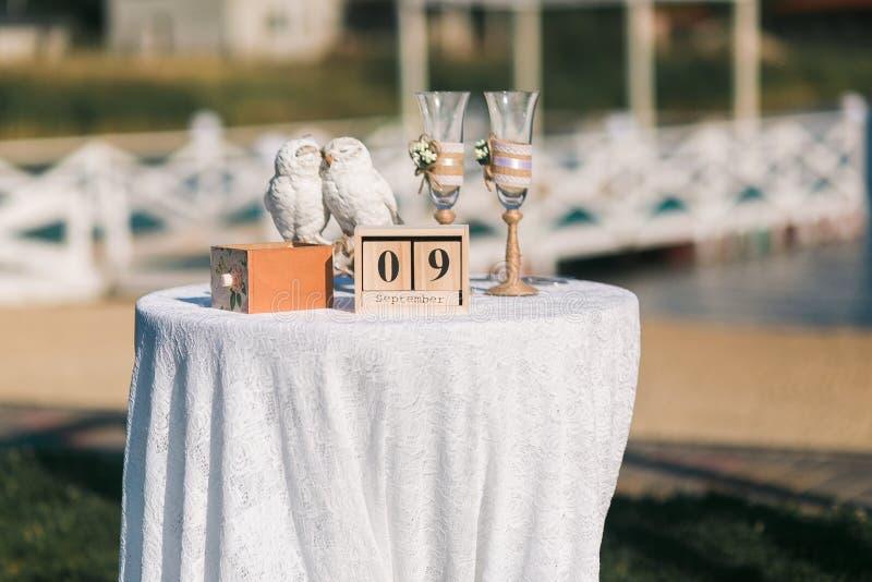 9 settembre sul calendario di legno del cubo, le nozze hanno decorato la tavola con i gufi delle coppie, stile decorato dell'anna fotografia stock libera da diritti