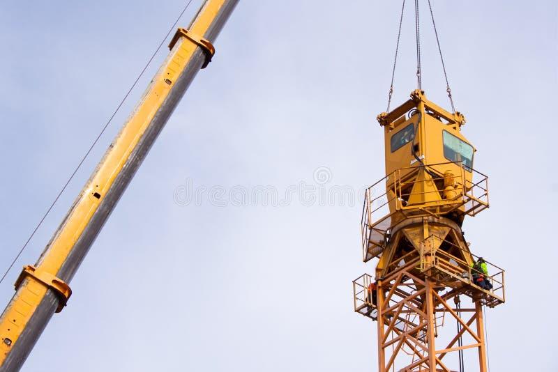 Setting-up um guindaste de torre fotos de stock