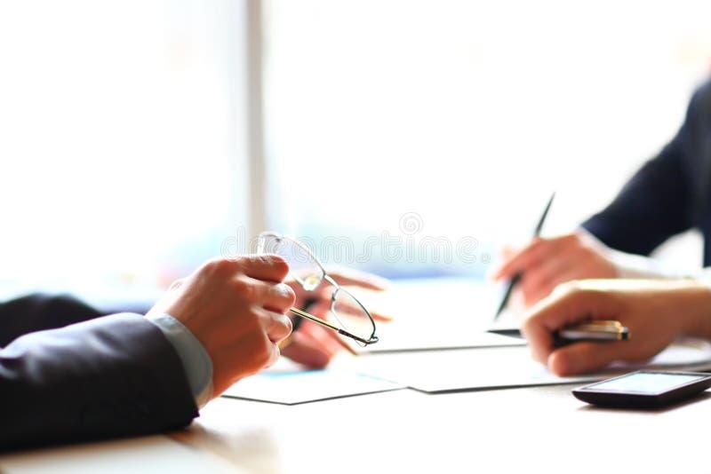 Settore bancario o analisi dei dati finanziaria da tavolino immagine stock