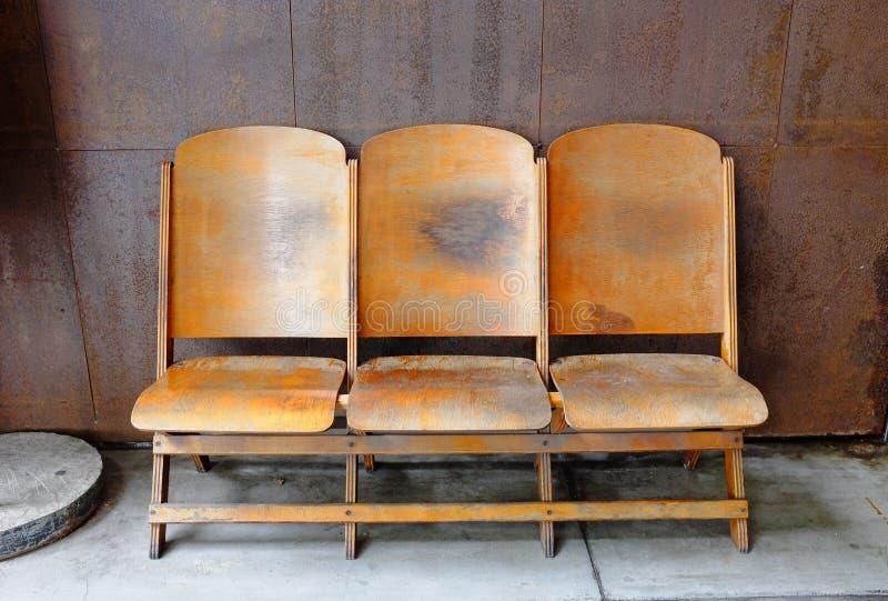 Setu trzy drewniani krzesła przy balkonem obrazy royalty free