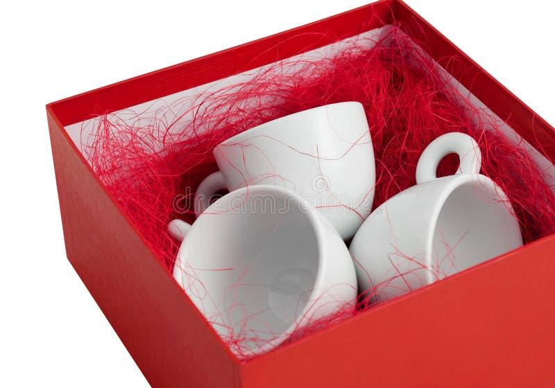 Setu trzy porcelany filiżanek prezenta biały pudełko otwarty odwijał odosobnionego obrazy stock