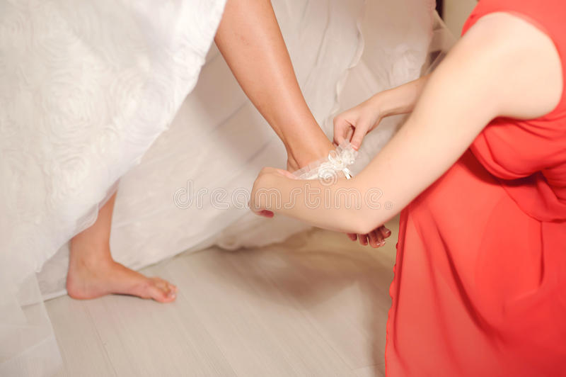 Setzen auf Hochzeits-Strumpfband lizenzfreie stockbilder