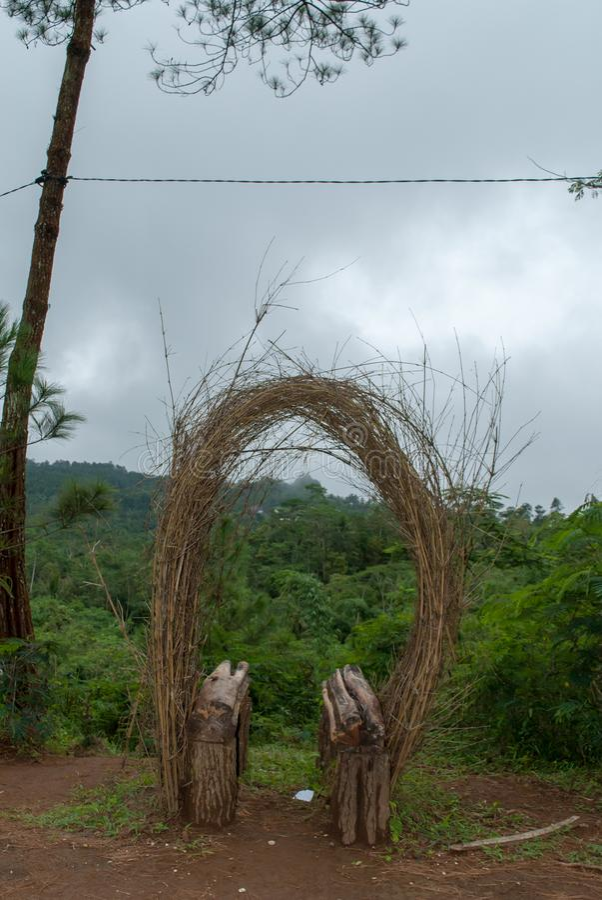 Setzen im Park mit einzigartigen Verzierungen vom Bambus stockfotos