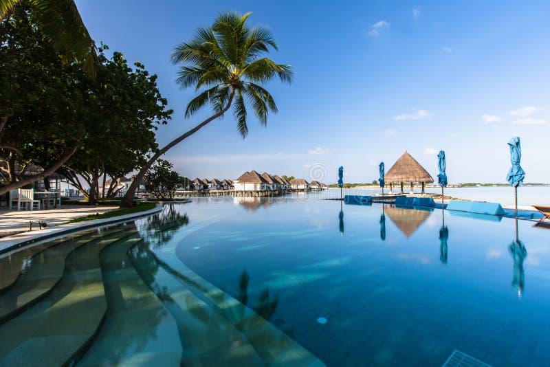 Setzen Sie Ansicht bei dem vier Jahreszeit-Erholungsort Malediven bei Kuda Huraa auf den Strand lizenzfreies stockfoto