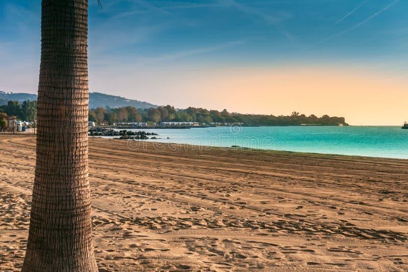 Setzen Sie auf dem Mittelmeer, Bucht von Saint Tropez auf den Strand stockfotografie