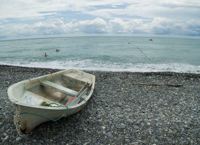 Setzen Sie auf den Strand und einen Rest habend. lizenzfreie stockfotos