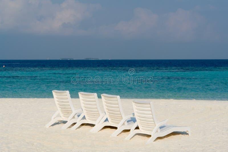 Setzen Sie auf einer maledivischen Insel auf den Strand stockfoto