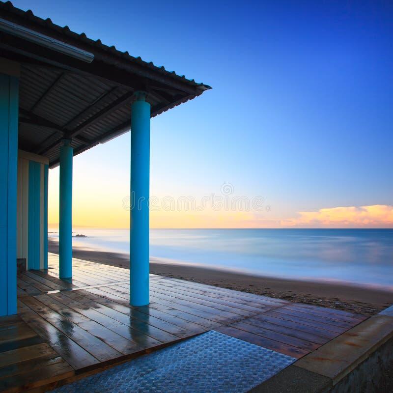 Setzen Sie Badeanstaltkolonnadenarchitektur, Meer auf Morgen auf den Strand. Toskana stockfotos