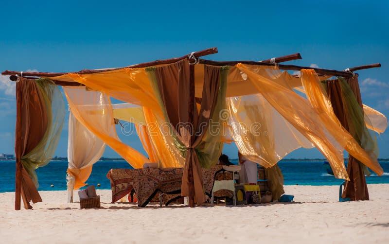 Setzen Sie Badekurortmassagezelt auf einem karibischen Strand auf den Strand stockfoto