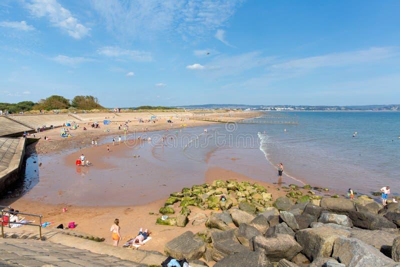 Setzen Sie bei Dawlish Waren Devon England am Sommertag des blauen Himmels auf den Strand lizenzfreie stockbilder