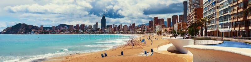 Setzen Sie in Benidrom, Costa Blanca, Spanien im Frühjahr auf den Strand lizenzfreie stockfotos