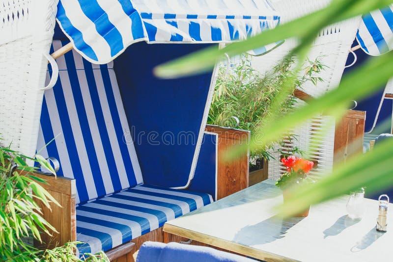 Setzen Sie Café durch das Meer mit Strandstuhl auf den Strand lizenzfreies stockfoto
