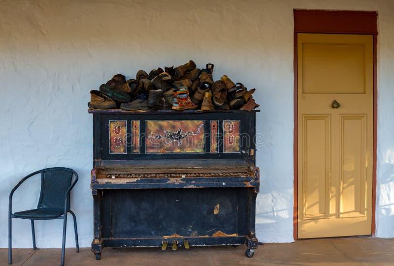 Setzen Sie das äußere nahe Klavier, das in verlorenen Schuhen bedeckt wird stockbilder