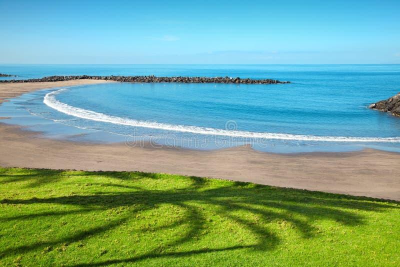 Setzen Sie in den Playa De las Amerika, Tenerife auf den Strand stockbild