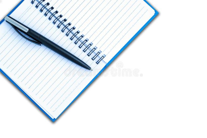 Setzen Sie den Stift auf eine Leerseite eines Notizbuches lizenzfreies stockbild