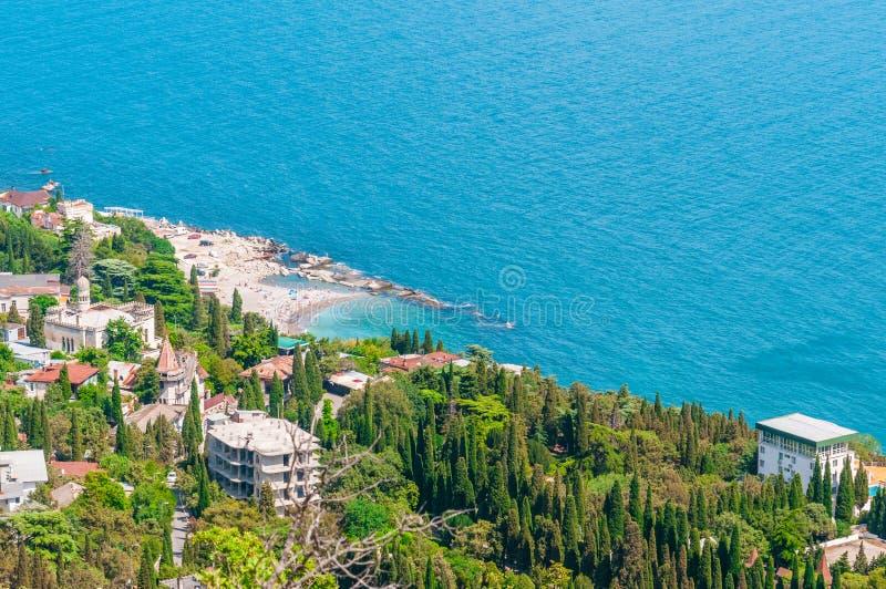 Setzen Sie an der Küste, blaues Wasser, Ansicht über von den Bergen zur Stadt von Simeiz, Jalta, Krim auf den Strand lizenzfreies stockbild