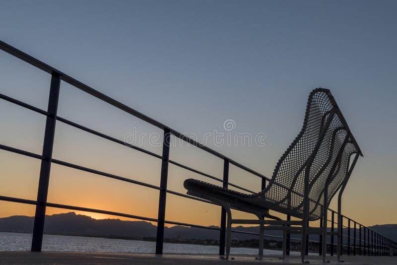 Setzen Sie in der Seeseite mit einem blauen und orange Himmel bei Sonnenuntergang an Cambrils-Hafen, Katalonien, Spanien auf die  lizenzfreie stockfotografie