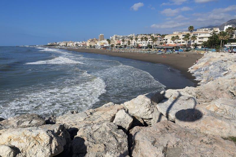 Setzen Sie, die Kolonnade in der Küstenstadt Terremolinos, Spanien auf den Strand stockbilder