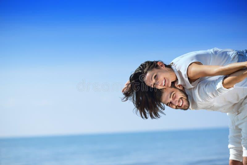 Setzen Sie die Paare auf den Strand, die in Liebe Romance auf Reiseflitterwochenferien lachen stockfotografie