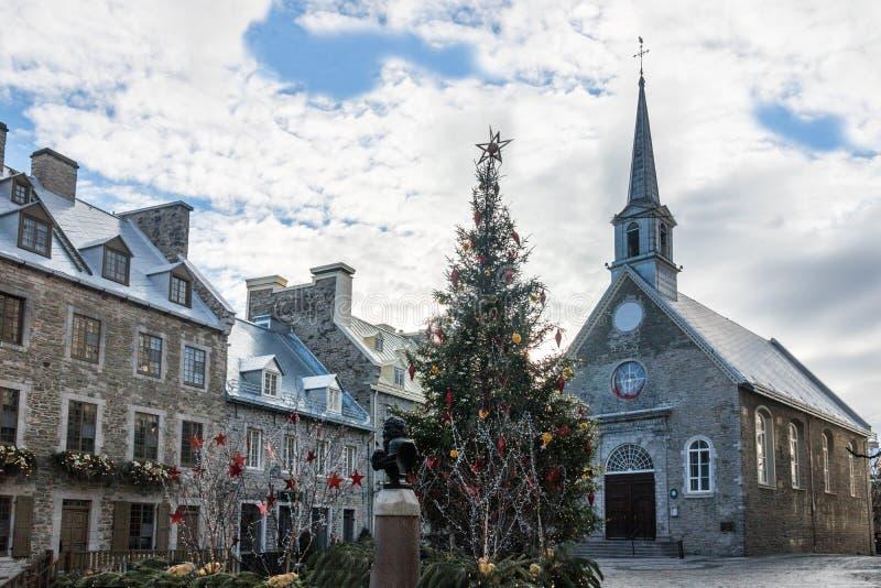 Setzen Sie die Royale Royal Plaza- und Notre Dame-DES-Sieg-Kirche, die für Weihnachten - Québec-Stadt, Kanada verziert wird stockbilder