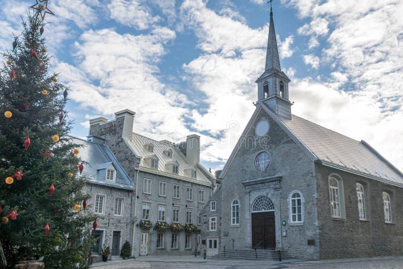 Setzen Sie die Royale Royal Plaza- und Notre Dame-DES-Sieg-Kirche, die für Weihnachten - Québec-Stadt, Kanada verziert wird lizenzfreie stockfotografie