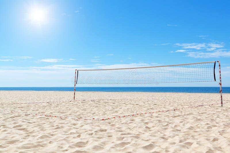 Setzen Sie ein Volleyballfeld in Meer auf den Strand. lizenzfreie stockbilder
