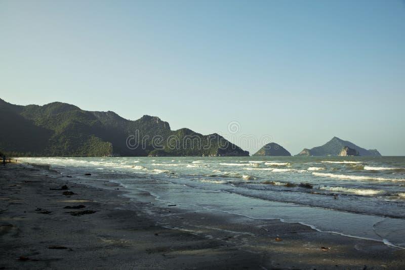 Setzen Sie in einem Nationalpark Khao Sam ROI Yot auf den Strand lizenzfreie stockfotografie