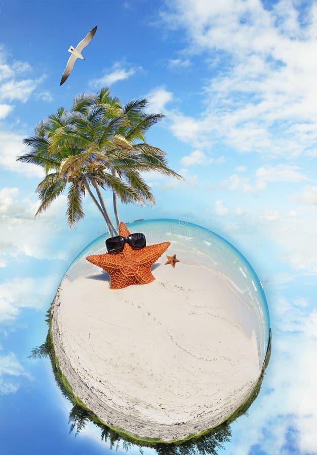 Setzen Sie Feiertagsszene auf den Strand stockbilder